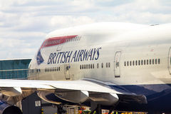 Boeing 747-400 i den Heathrow flygplatsen Royaltyfria Bilder