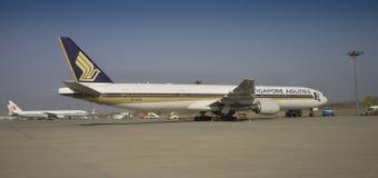 Boeing 777-312 - i flygplatsPeking - porslin arkivfoto
