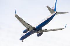 Boeing 737-800 i himlen Royaltyfria Foton