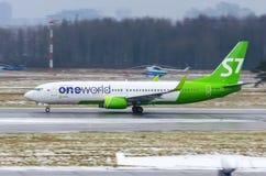 Boeing 737 Jeden S7 Światowe linie lotnicze, lotniskowy Pulkovo, Rosja Petersburg 02 Grudzień, 2017 Obraz Stock