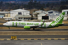 Boeing 737-8K2 (WL) - despegue - aeropuerto de Lanseria Fotografía de archivo