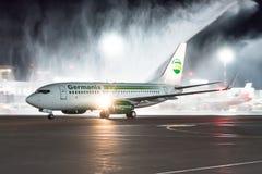 Boeing 737-700 klipska Germania Första flyg som möter Ryssland, St Petersburg Pulkovo flygplats, 27 April 2018 Royaltyfri Fotografi
