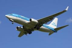 Boeing 737-700 KLM Royal Dutch för flygbolag (PH-BKZ) flygbolag, innan att landa i den Pulkovo flygplatsen Arkivbilder