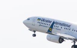 Boeing 737-8KV (WL) por Ukraine International Airlines Fotos de Stock Royalty Free