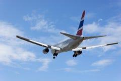 Boeing 767 ląduje w Phuket lotnisku międzynarodowym Tajlandia Obrazy Stock
