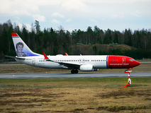 Boeing 737-800 landend Lizenzfreie Stockbilder