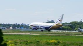 Boeing landning i internationell flygplats Arkivbild
