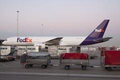 Boeing 757 lastnivå på den schiphol flygplatsen Royaltyfri Foto