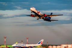Boeing 767 lignes aériennes d'AzurAir décollent de l'aéroport Image stock