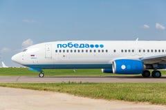 Boeing 737 lignes aériennes de Pobeda se tenant chez Vnukovo Images stock