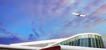 Boeing 777 lignes aériennes du Qatar volent de l'aéroport de Sofia Photographie stock