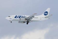 Boeing 737-500 lignes aériennes UTair de VP-BVL avant le débarquement au nuage de Pulkovo d'aéroport par jour Photo libre de droits