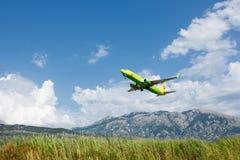 Boeing 737 linee aeree seguenti di GEN S7 Siberia che decollano all'aeroporto di Teodo, Montenegro Fotografie Stock