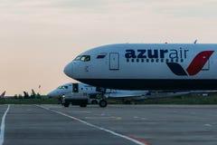 Boeing 767 linhas aéreas de Azurair no avental Imagens de Stock Royalty Free