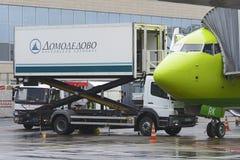 Boeing 737-800 linhas aéreas S7 que carregam a restauração de bordo dos aviões Foto de Stock Royalty Free