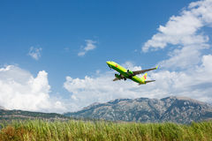 Boeing 737 linhas aéreas seguintes do Gen S7 Sibéria que descolam no aeroporto de Tivat, Montenegro Fotos de Stock