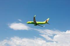 Boeing 737 linhas aéreas seguintes do Gen S7 Sibéria que descolam no aeroporto de Tivat, Montenegro Imagens de Stock