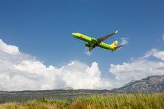 Boeing 737 linhas aéreas seguintes do Gen S7 Sibéria que descolam no aeroporto de Tivat, Montenegro Imagem de Stock