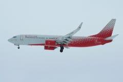 Boeing 737-8LJ ` Krasnodar ` VQ-BVU linii lotniczej ` Rossiya - Rosyjski linii lotniczej ` w chmurzy niebo przed lądować w Pulkov Zdjęcia Royalty Free