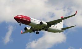 Boeing 737-800 (LN-NGZ) innan att landa i den Pulkovo flygplatsen Royaltyfri Fotografi