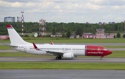 Boeing 737-800 (LN-NHB) Norwegian Air Shuttle sur la piste de l'aéroport de Pulkovo Photo libre de droits