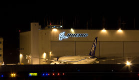 Boeing logo på natten Arkivfoton