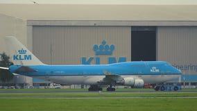 Boeing los 747-406-M de las líneas aéreas de KLM monta más allá del hangar de KLM almacen de metraje de vídeo