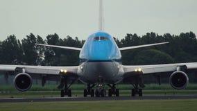 Boeing los 747-406-M de las líneas aéreas de KLM que llevan en taxi a la pista almacen de metraje de vídeo