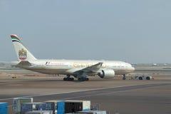 Boeing 777 A6-LRD Etihad Airways i den Abu Dhabi flygplatsen UAE Royaltyfri Foto