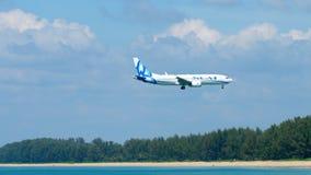 Boeing 737 MAX που πλησιάζει πέρα από την παραλία της Mai Khao απόθεμα βίντεο