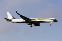 Boeing 757 mit Kondensstreifen Lizenzfreie Stockfotos