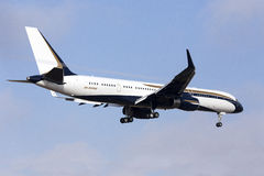 Boeing 757 mit Kondensstreifen Stockfotos