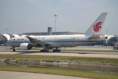 Boeing 777 - MSN 29156 B-2063 operou-se por Air China no aeroporto Suvarnabhumi Imagens de Stock