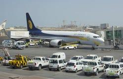 Boeing 737 nästa Gen Jet Airways i Abu Dhabi Royaltyfri Foto