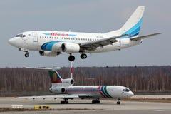 Boeing 737-56N VQ-BAB des lignes aériennes de Yamal débarquant à l'aéroport international de Domodedovo Photo stock