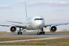 Boeing 767 na pista de decolagem Fotografia de Stock Royalty Free
