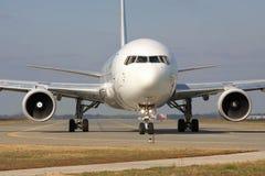 Boeing 767 na pista de decolagem Foto de Stock Royalty Free