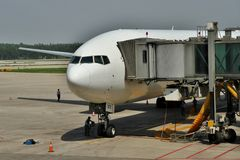 Boeing 777 nas portas Imagens de Stock