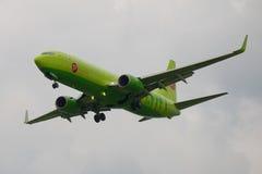 Boeing 737 Następny Gen VP-BDH ` S7 ` linii lotniczej zakończenie mroczny niebo Fotografia Royalty Free