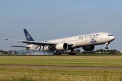Boeing 777 nel gruppo del cielo Fotografie Stock