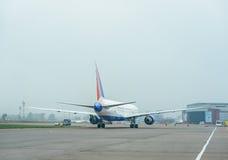 Boeing 767 no aeroporto Fotos de Stock Royalty Free
