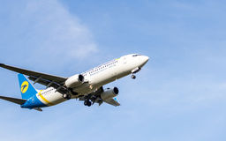 Boeing 737 no fundo do voo Imagens de Stock Royalty Free