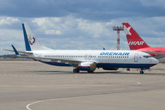 Boeing 737-86Nonboard VQ-BIZ Orenair Orenburg Airlines no parque de estacionamento no aeroporto Sheremetyevo imagem de stock