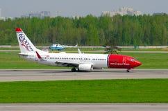 Boeing 737 norsk luft, flygplats Pulkovo, Ryssland helgon-Peterburg 19 Maj 2014 Royaltyfri Foto