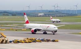 Boeing 777 p? taxiwayen arkivfoto