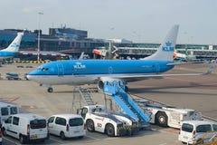 Boeing 737-700 PH-BGU fungerade med KLM Royal Dutch flygbolag i den Schiphol flygplatsen Royaltyfria Bilder