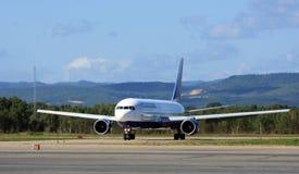 Boeing piano 767-300 ER sulla pista per manovre Fotografia Stock Libera da Diritti