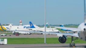 Boeing polar 747 que lleva en taxi metrajes