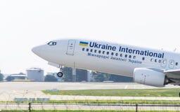 Boeing 737 por Ukraine International Airlines Foto de Stock Royalty Free