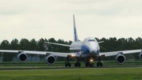 Boeing 747-83Q-F de las líneas aéreas de AirBridgeCargo monta a la pista almacen de metraje de vídeo